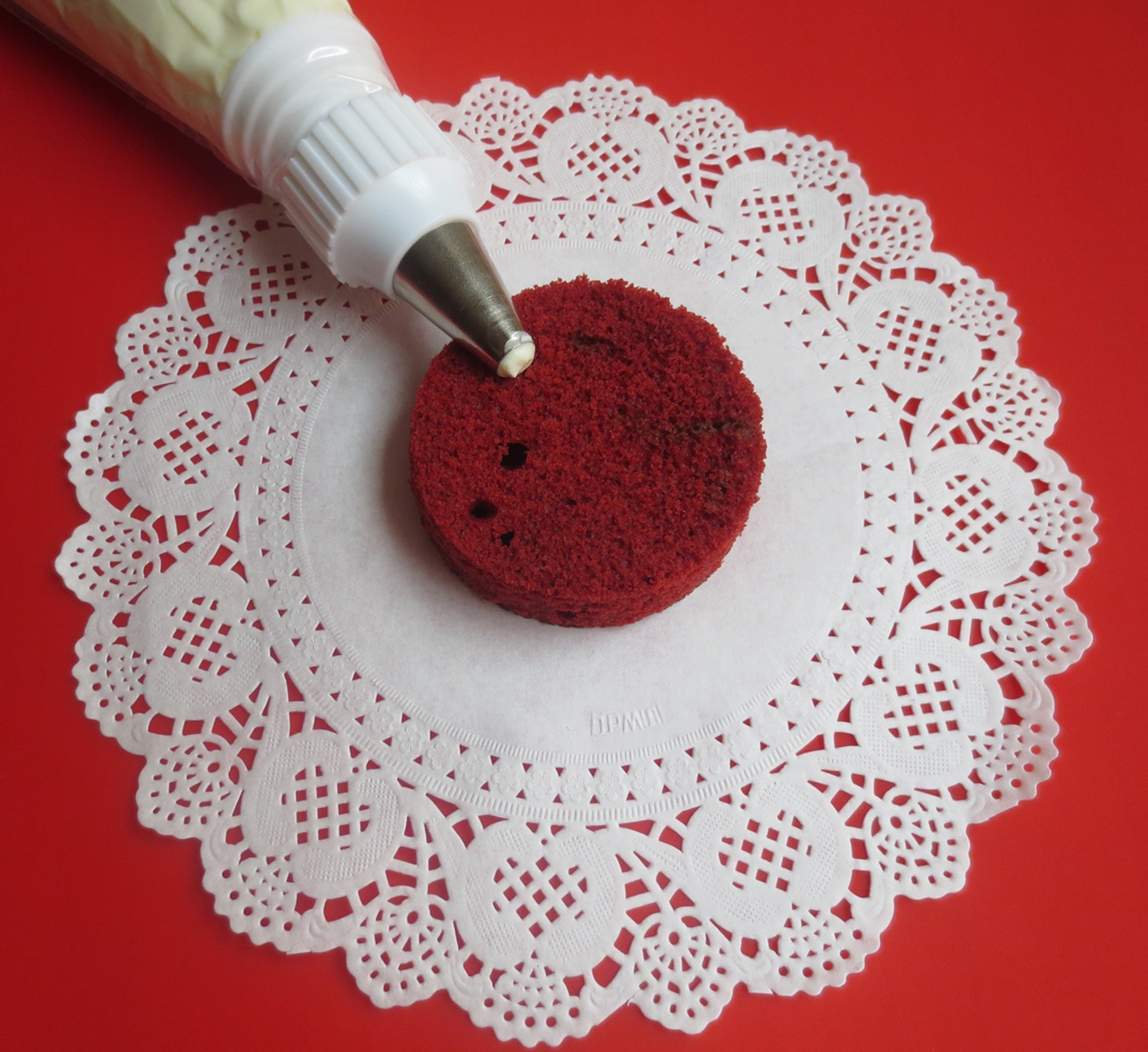 Decorando los mini Red Velvet cakes. Aroma de chocolate.