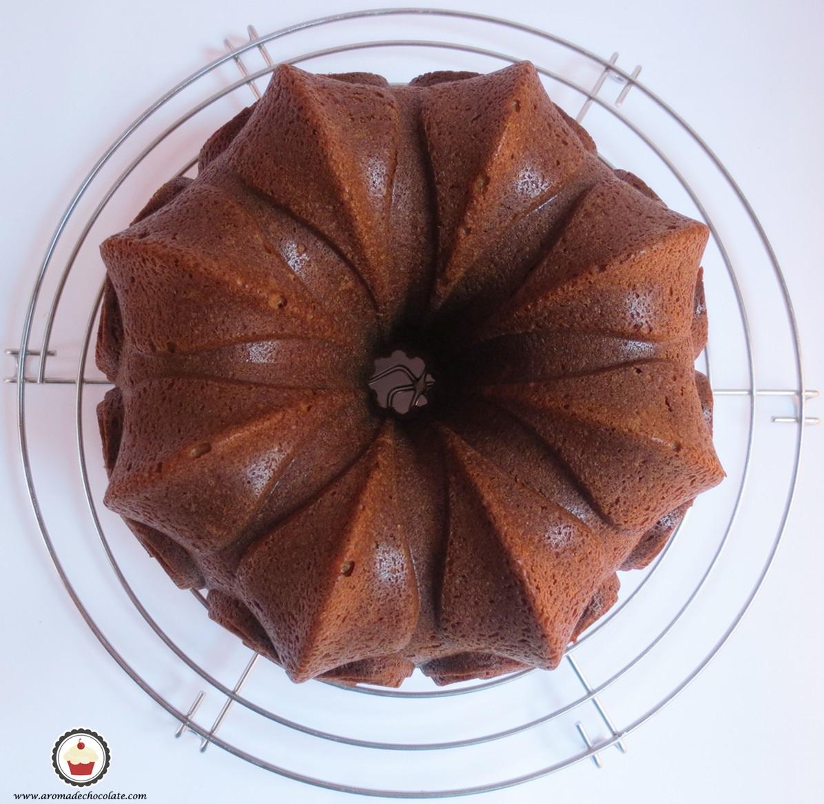 Enfriando el bundt cake de plátano y chocolate. Aroma de chocolate.