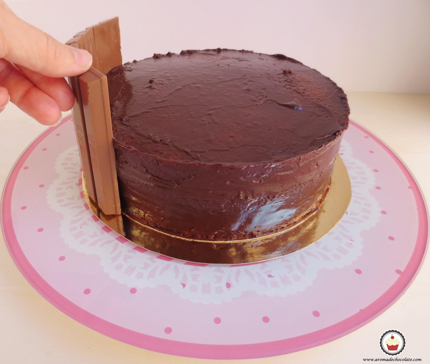 Colocando los kit kat tarta Peppa pig. Aroma de chocolate.