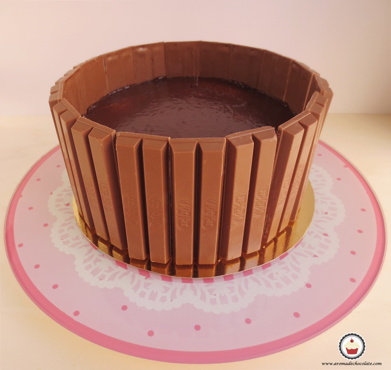 Kit kat colocados tarta Peppa pig. Aroma de chocolate.