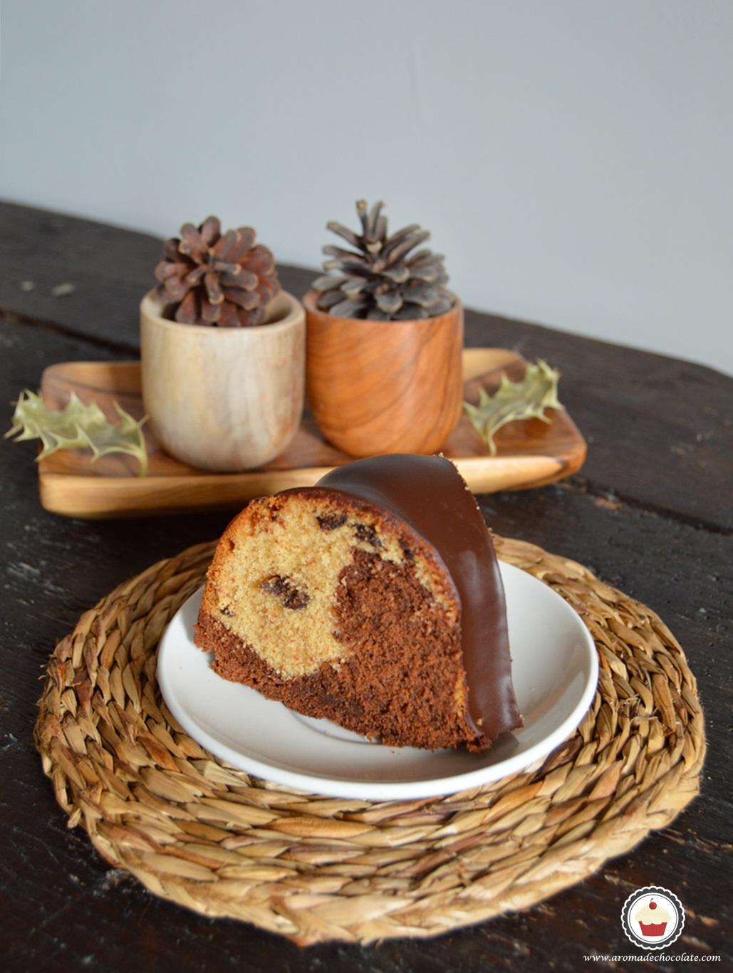 Porción de bundt cake de chocolate y cacahuete. Aroma de chocolate