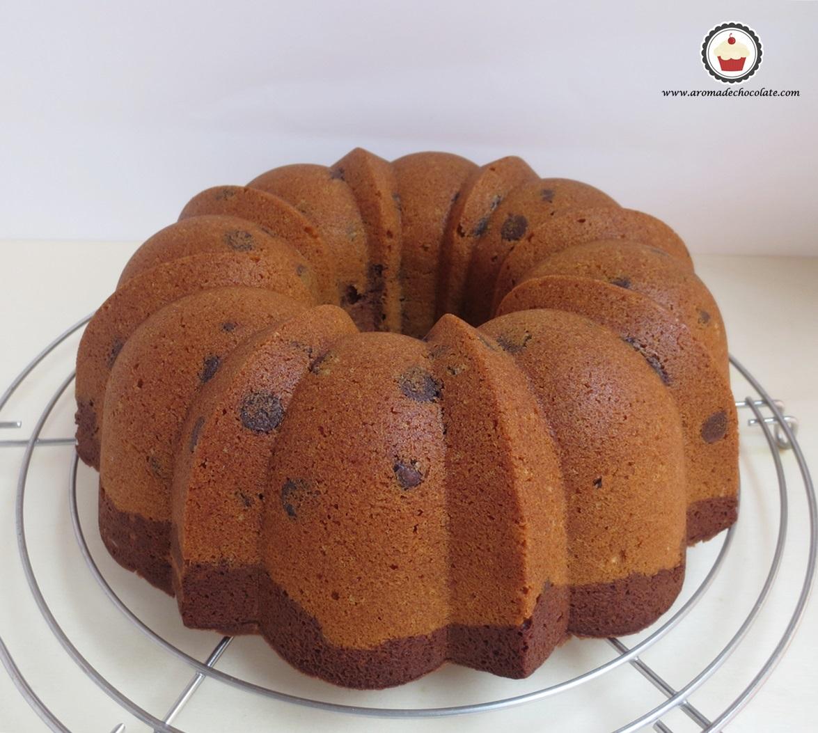 Bundt cake de chocolate y cacahuete enfriando. Aroma de chocolate