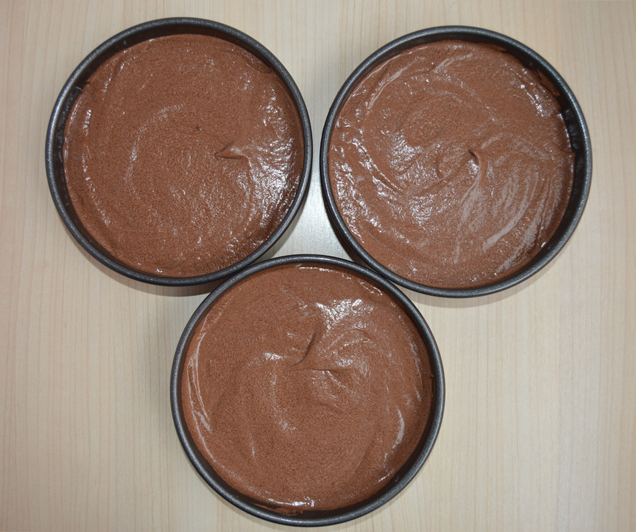 Masa tarta chocolate y caramelo salado en moldes. Aroma de chocolate