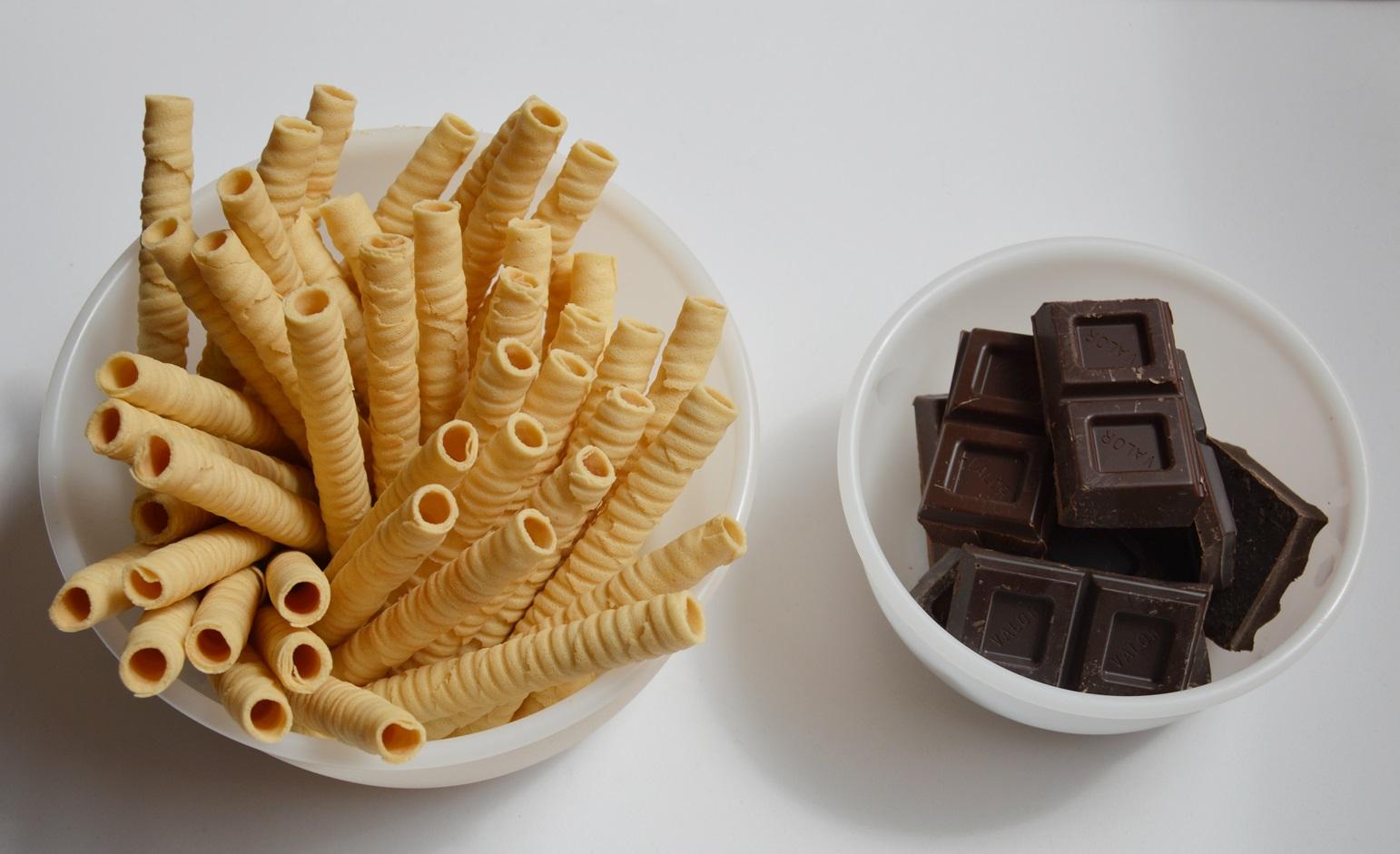 Ingredientes decoración tarta helada de fresa y chocolate. Aroma de chocolate