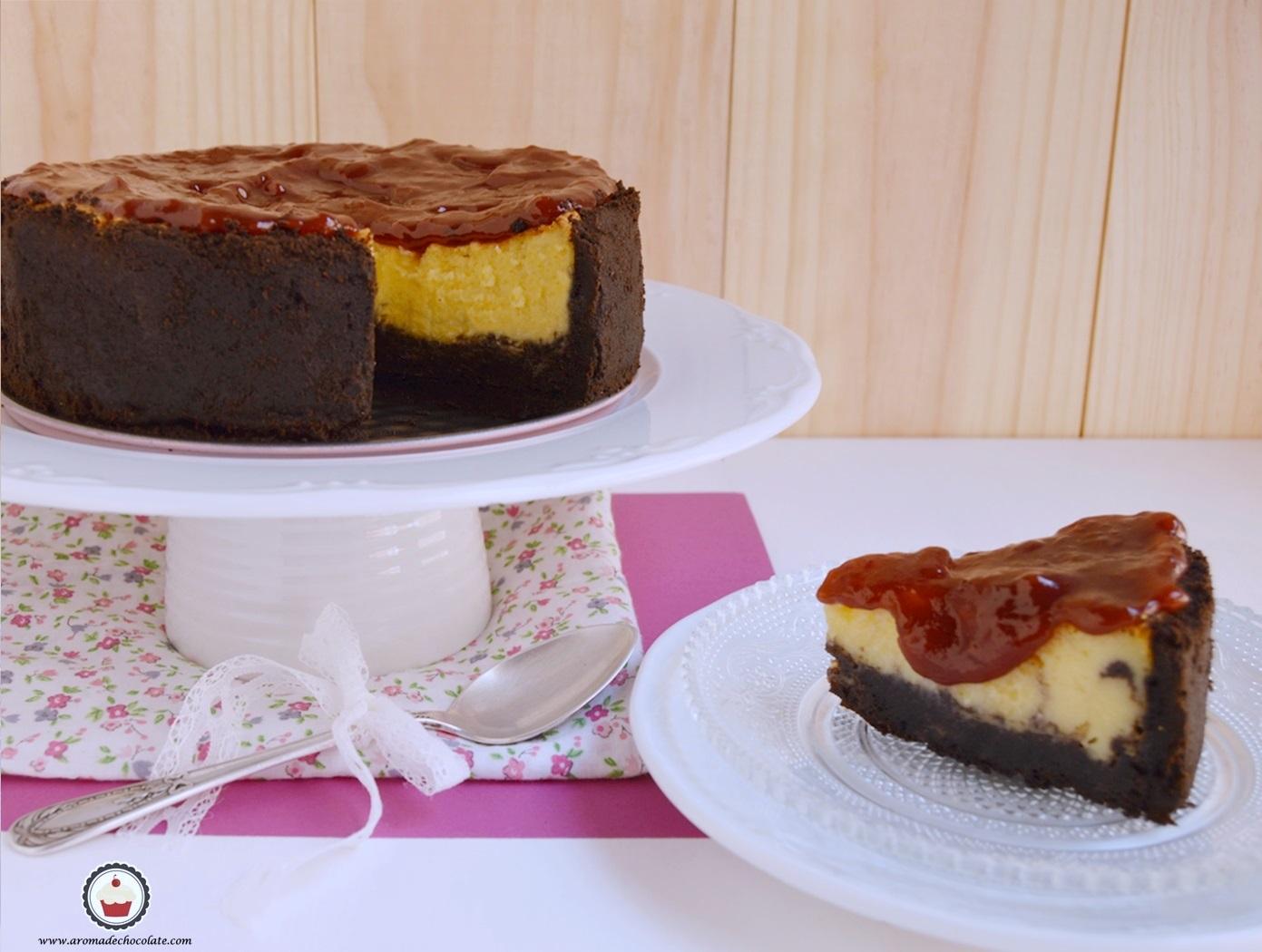 Cheesecake de naranja con cobertura de frambuesa. Aroma de chocolate
