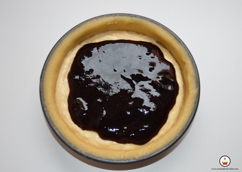 Rellenando el pastel vasco. Aroma de chocolate