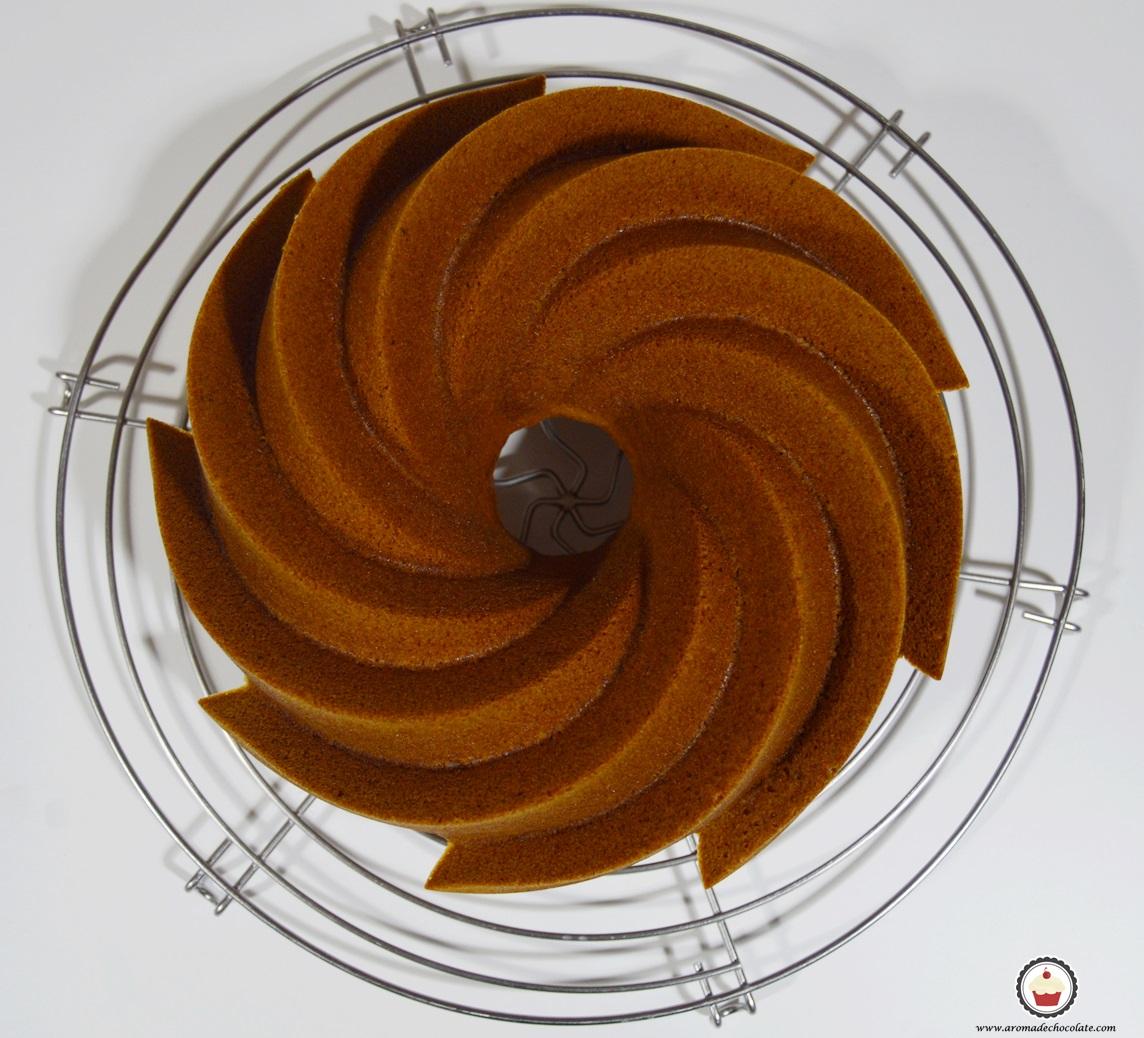 Bundt cake de calabaza enfriando en rejilla. Aroma de chocolate