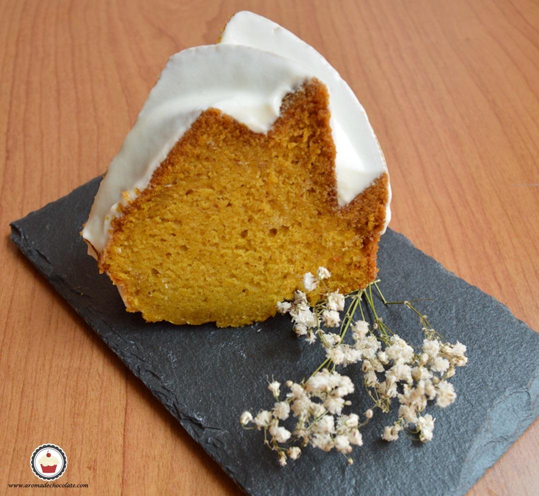 Porción de Bundt cake de calabaza. Aroma de chocolate