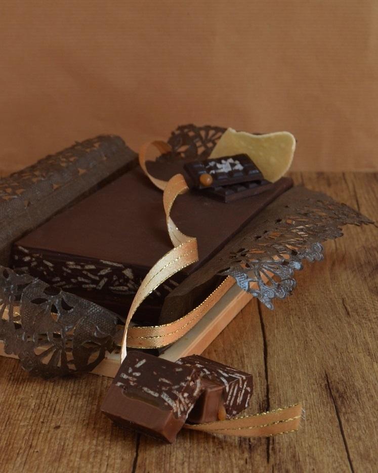 Turrón crujiente de chocolate y caramelo salado. Aroma de chocolate