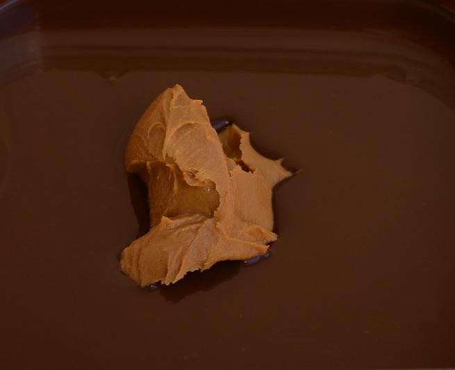 Añadiendo la mantequilla de cacahuete. Aroma de chocolate