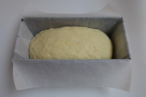Masa de pan de naranja y miel en molde. Aroma de chocolate