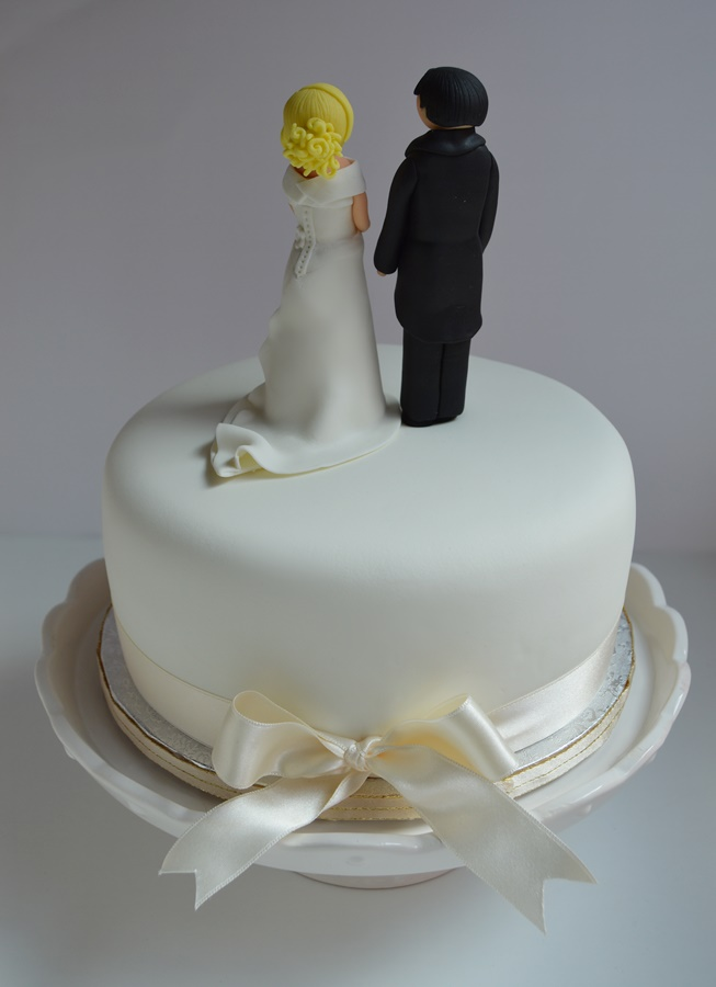 Tarta de boda. Vista trasera. Aroma de chocolate