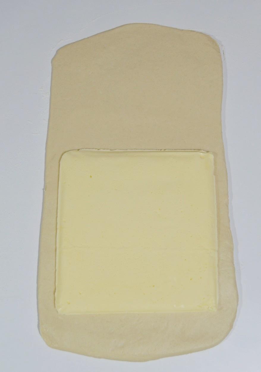 Incorporando la mantequilla sobre la masa base. Aroma de chocolate