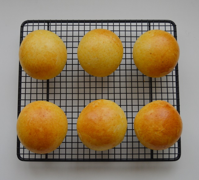Enfriando los bollitos tras el horneado. Aroma de chocolate