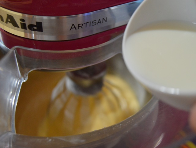 Añadiendo la mezcla de bicarbonato de amonio. Aroma de chocolate