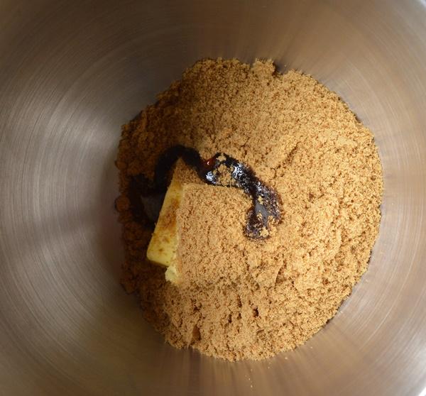 Mantequilla, el aceite, el azúcar y la vainilla. Aroma de chocolate