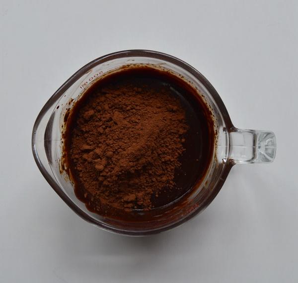 Añadiendo el cacao en polvo. Aroma de chocolate