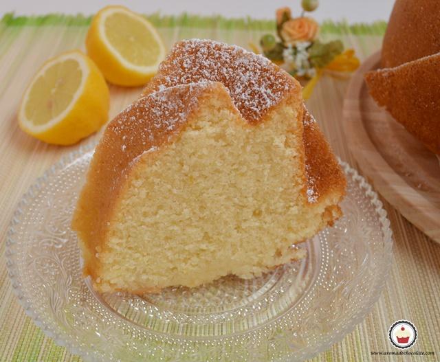 Bundt cake de limón. Porción. Aroma de chocolate
