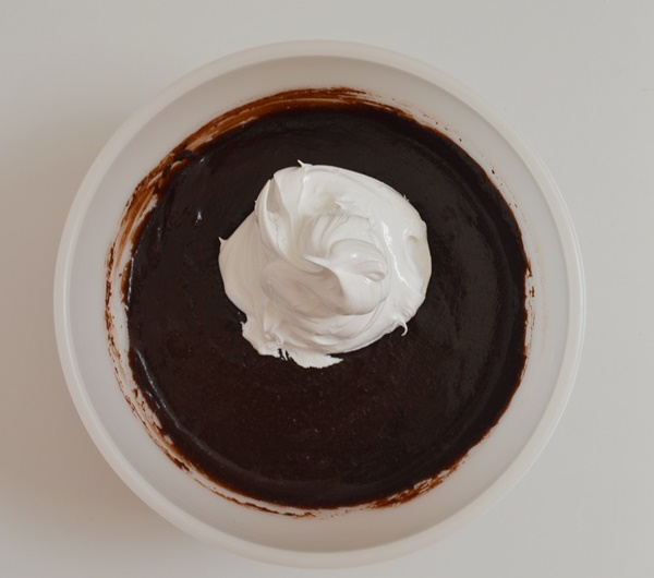 Mezclando con el merengue italiano. Aroma de chocolate