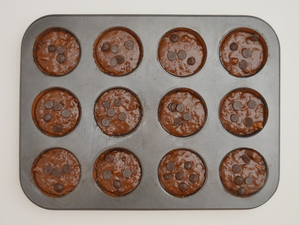 Bandeja de muffins preparada para hornear. Aroma de chocolate