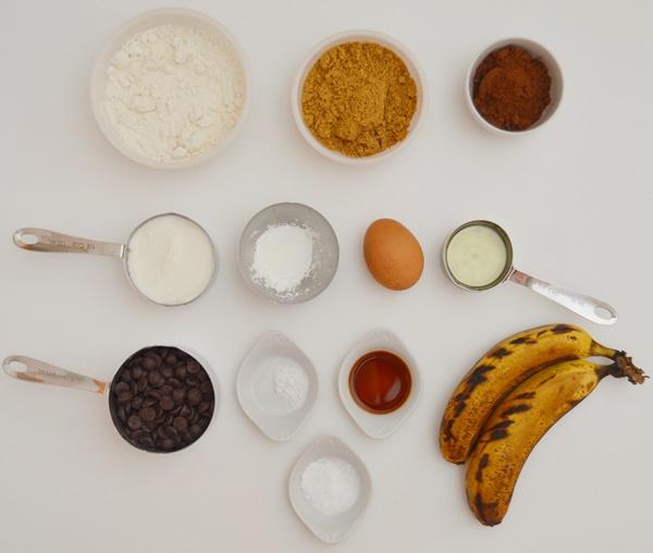Ingredientes muffins de yogur, plátano y chocolate. Aroma de chocolate