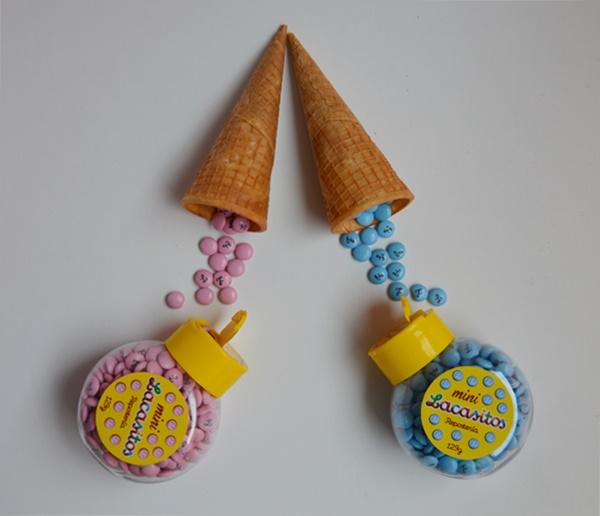 Rellenando los cucuruchos de lacasitos. Ice cream cono cake pops. Aroma de chocolate