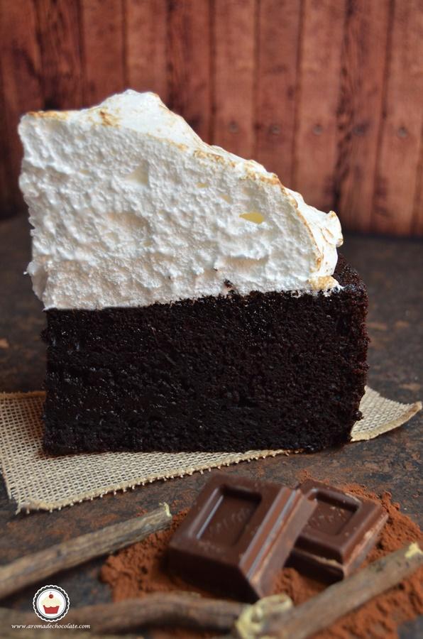 El corte. Tarta de chocolate y regaliz. Aroma de chocolate