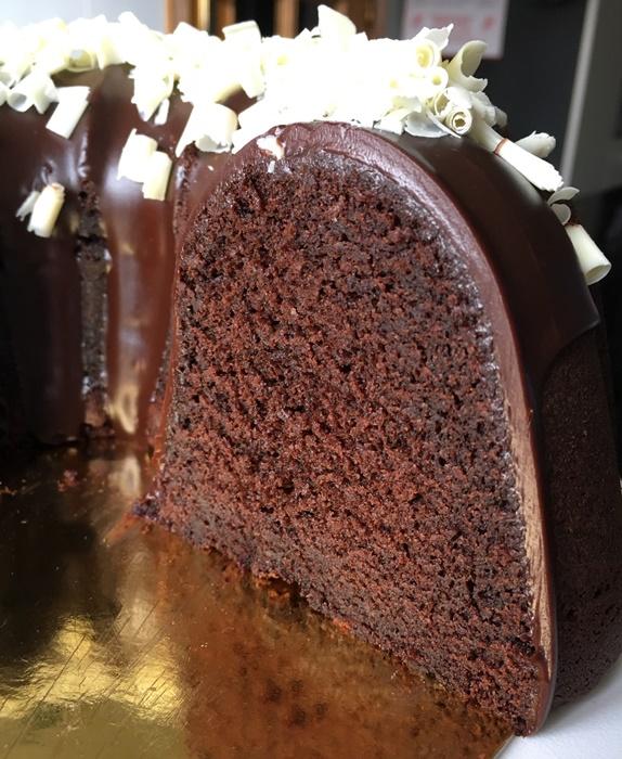 El corte. Bundt cake de chocolate y Baileys. Aroma de chocolate