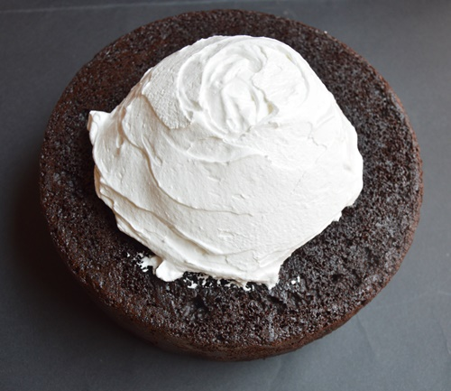 Montando la tarta de chocolate y regaliz. Aroma de chocolate
