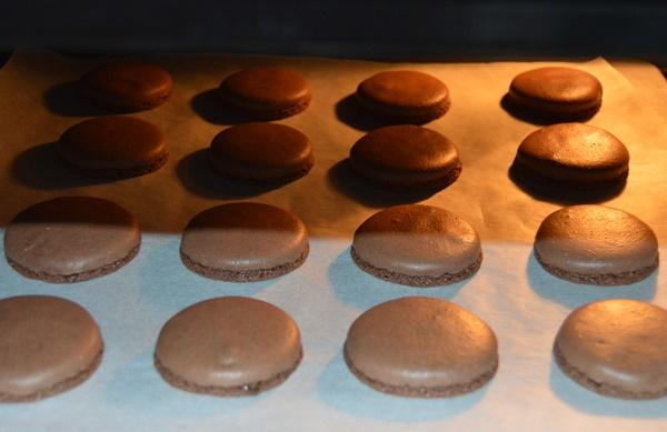 Macarons en el horno. Aroma de chocolate