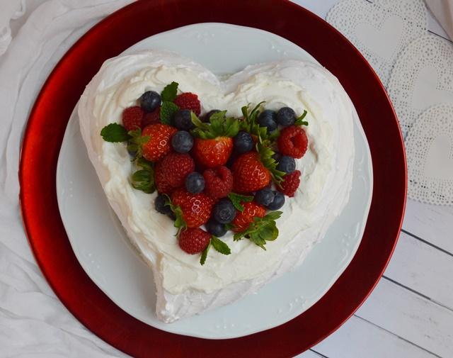 Pavlova de frutos rojos. Aroma de chocolate. San Valentín