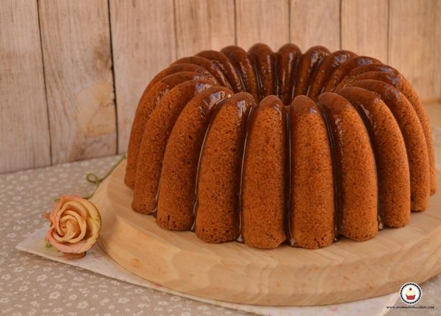 Bundt cake de manzana y caramelo. Aroma de chocolate
