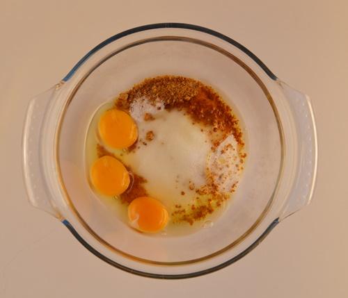 Añadiendo los huevos. Aroma de chocolate