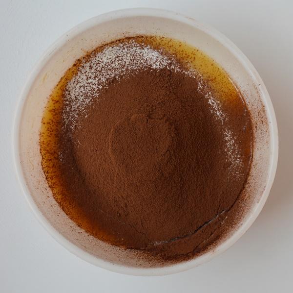 Añadiendo la harina y el cacao. Aroma de chocolate