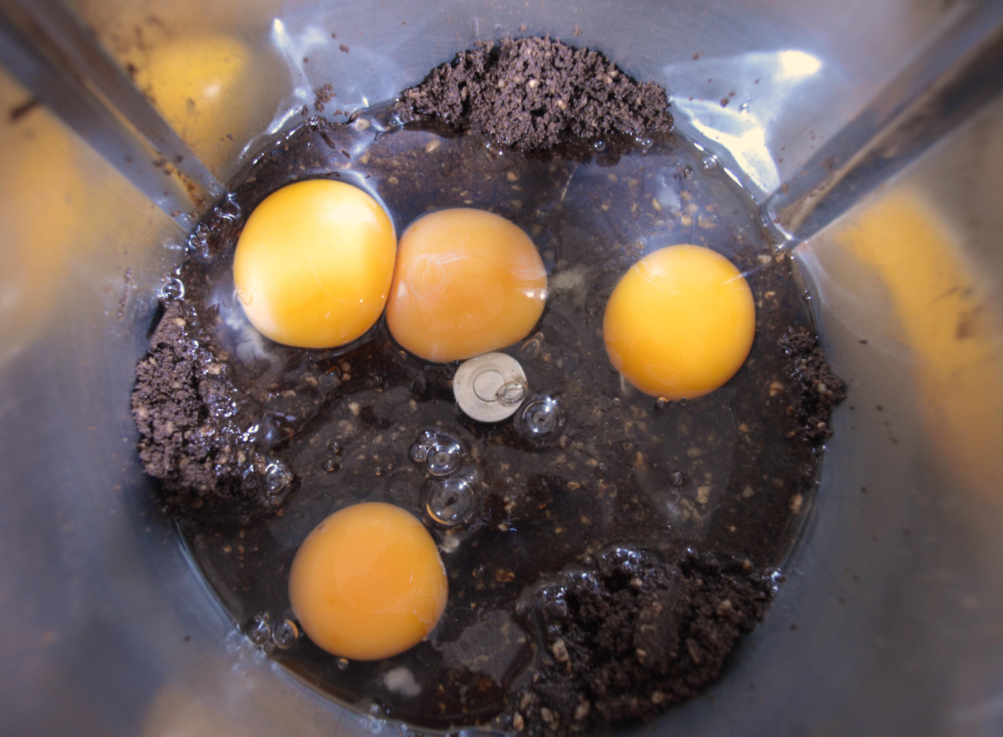 Añadiendo el aceite de coco, los huevos y la vainilla. Aroma de chocolate