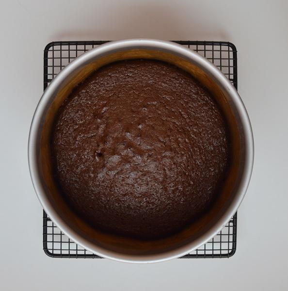 Pastel recién horneado enfriándose en la rejilla. Aroma de chocolate