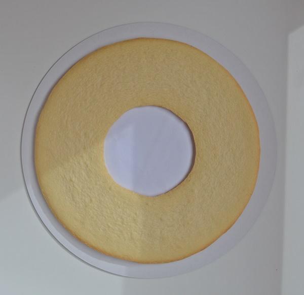 Primera capa de galleta sobre la base. Aroma de chocolate