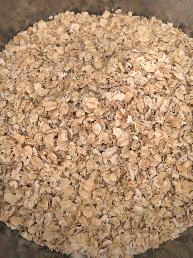 Añadiendo las harinas, la avena y la sal. Aroma de chocolate