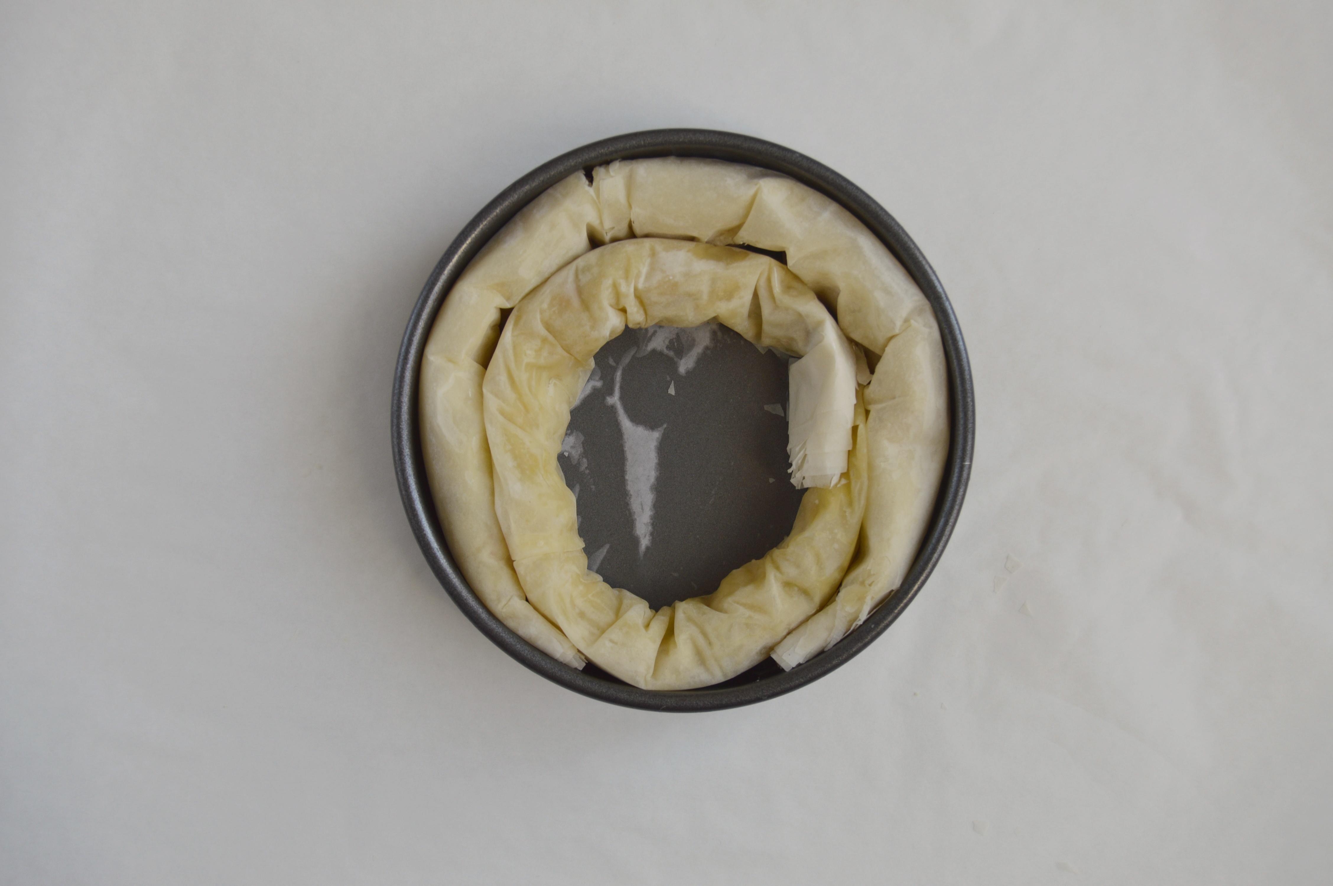 Poniendo el baklava de lacasitos en el molde 2. Aroma de chocolate