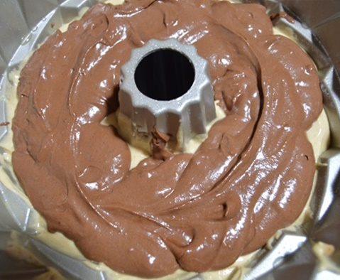 Poniendo la masa chocolateada en el molde. Aroma de chocolate