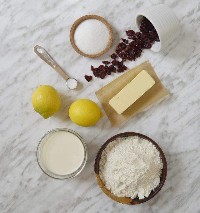Ingredientes scones de arándanos rojos y limón. Aroma de chocolate