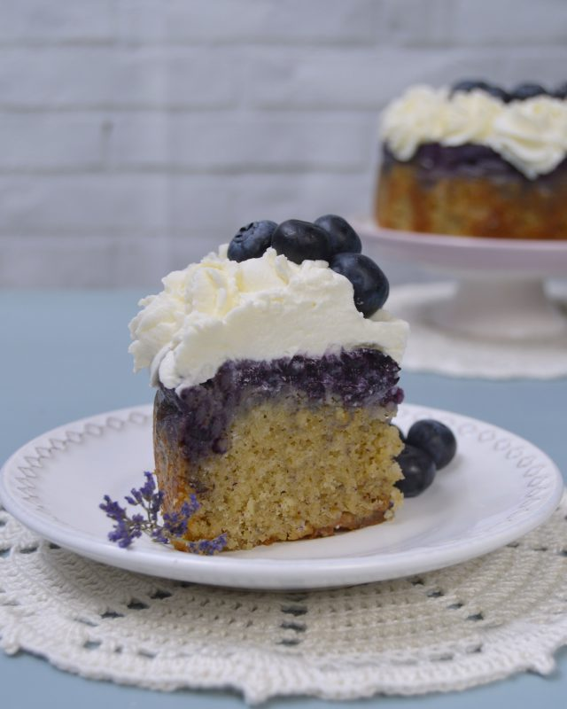 Porción de pastel invertido de arándanos frescos. Aroma de chocolate