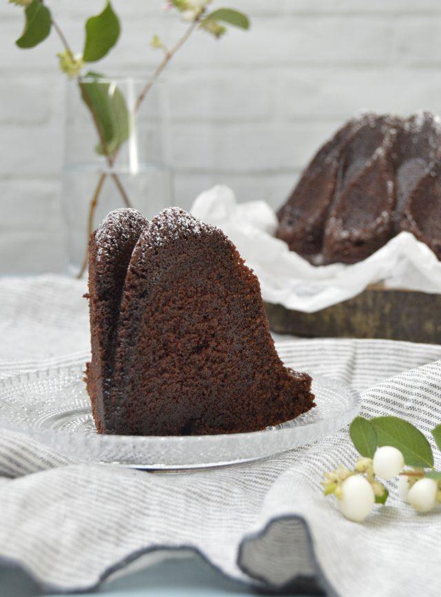 Corte. Chocolate sour cream bundt cake Aroma de chocolate