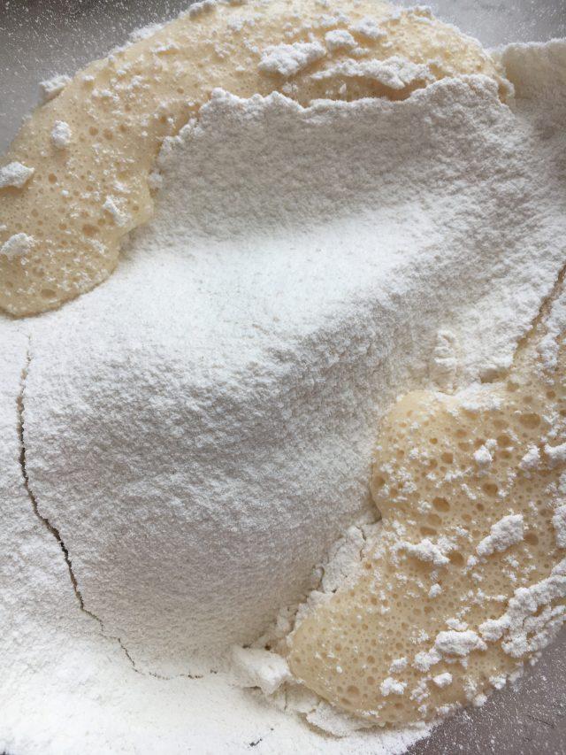 Añadiendo la harina. Aroma de chocolate