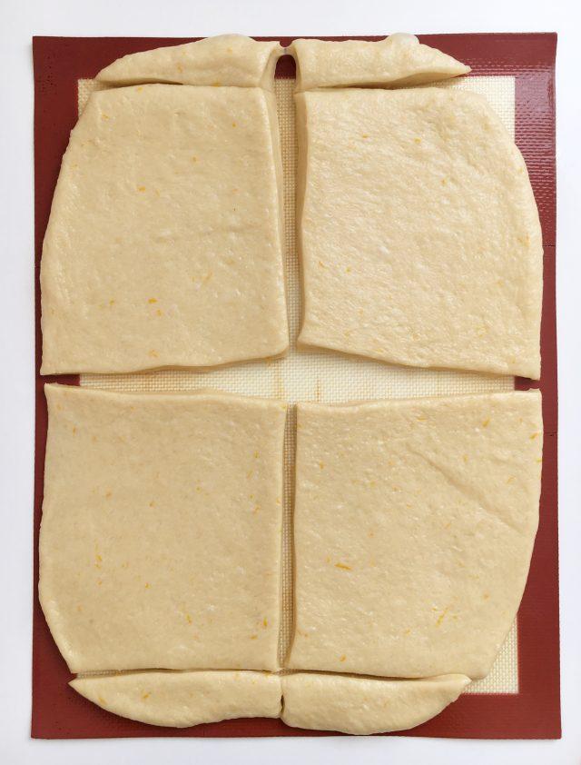 Cortando la masa del pan de muerto. Aroma de chocolate