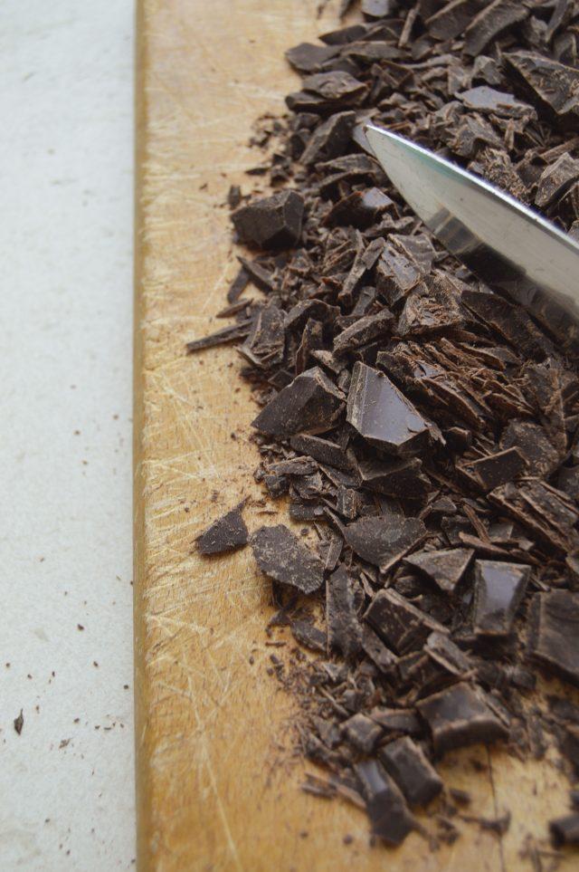 Troceando el chocolate. Aroma de chocolate