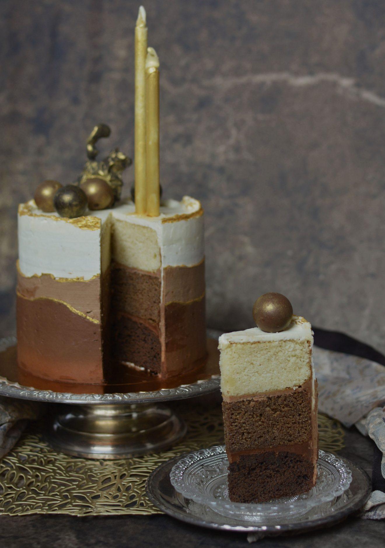 Tarta tres chocolates. Corte. Aroma de chocolate