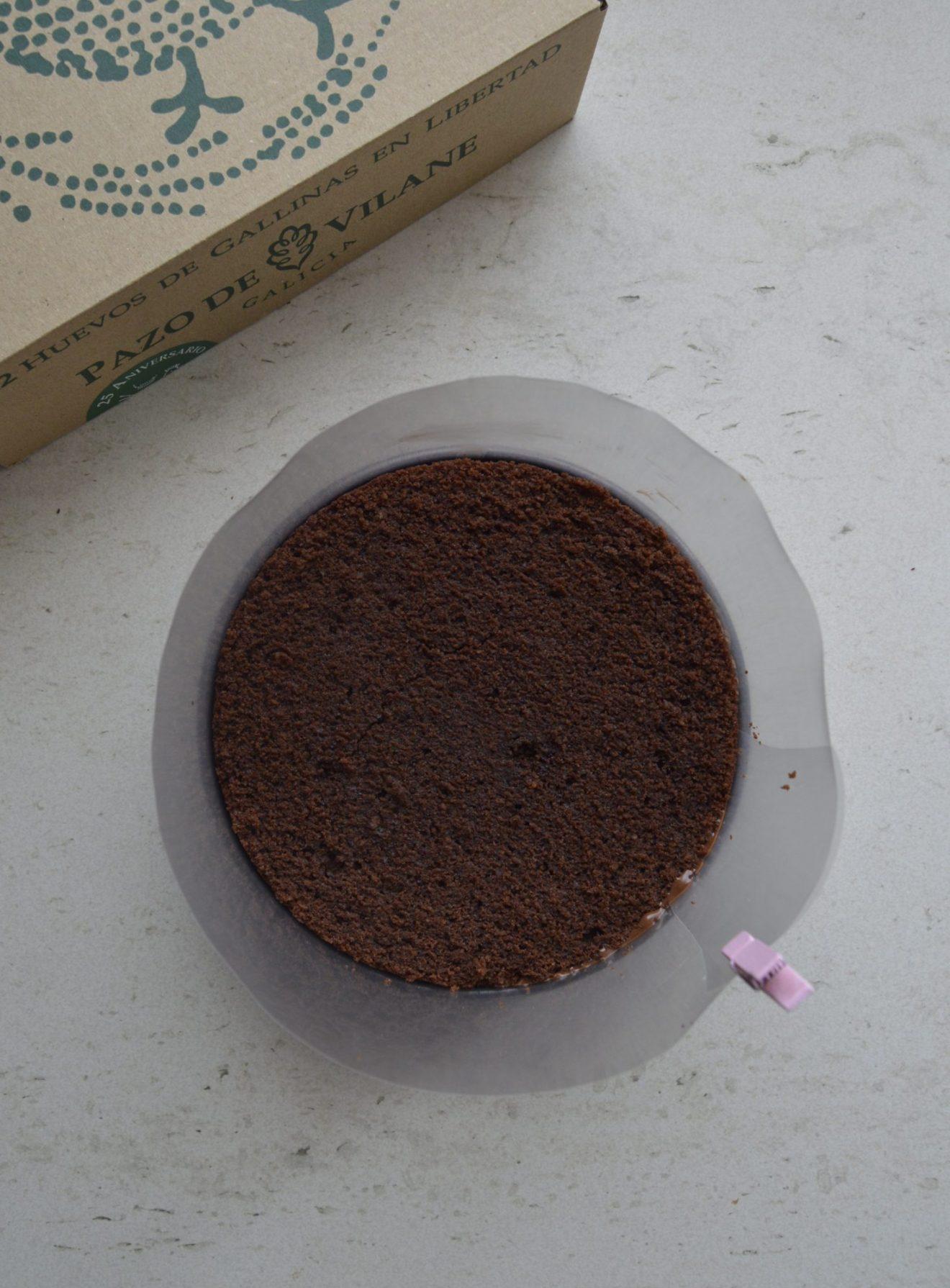 Montando la tarta de chocolate. Aroma de chocolate